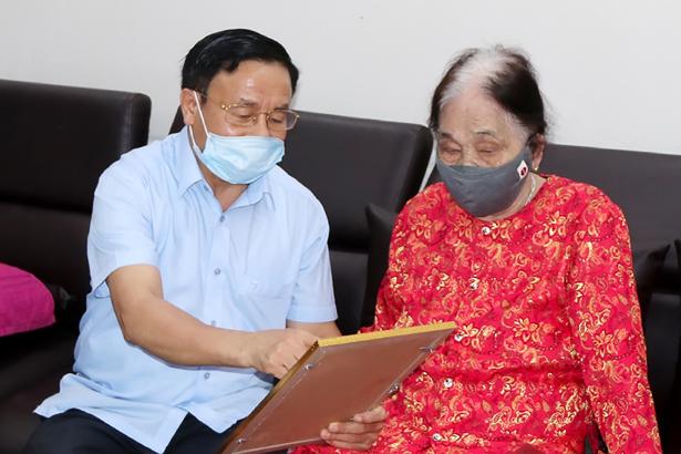 Bí thư Tnh ủy Hà Tĩnh trao thư khen cho Cụ 101 tuổi ủng hộ 2 tấn gạo phục vụ phòng chống dịch Covid-19